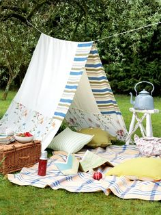 A fun way to build a pic-nic den - I love the blanket over the washing line!