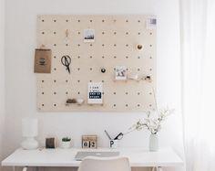 10 DIY-Ideen fürs Homeoffice im Skandi-Stil | SoLebIch.de  Foto: BohoandNordic  #solebic #einrichten #einrichtungsideen #dekoration #deko #dekoideen #arbeitszimmer #arbeitsplatz #schreibtisch #memoryboard #lochbrett #diy