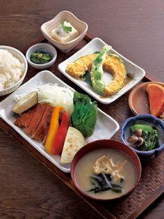 「日替わり定食」980円〜。メインの豚ロースのオーブン焼きを囲むように、京野菜を中心とした副菜がたくさん付くのが楽しい。