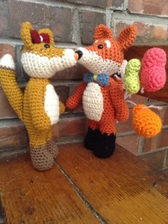Foxes in Love - Free Amigurumi Pattern here: https://hooksandhabits.wordpress.com/2015/02/01/foxes-in-love-free-pattern/