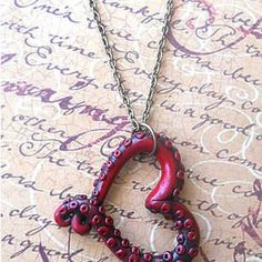 Two as One - Intertwined Heart Necklace, Cameo Necklace, Skull Cameos, Gothic… Fimo Clay, Polymer Clay Projects, Polymer Clay Creations, Polymer Clay Crafts, Polymer Clay Jewelry, Modelos 3d, Clay Charms, Jewelry Crafts, Jewelry Making