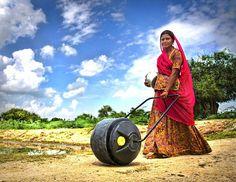 発展途上国の重労働「水汲み」を革命的に楽にする車輪型ボトル「WaterWheel」 | BUZZAP!(バザップ!)