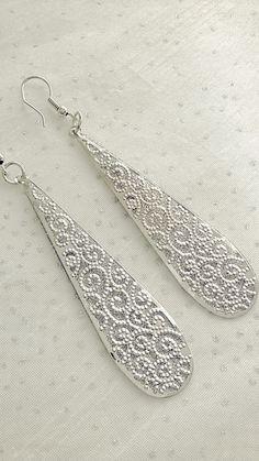 Boucles d'oreilles pendants en forme de goutte d'eau en filigranes de couleur argent et pailletés : Boucles d'oreille par soo-happy
