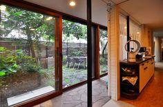 庭とリビングなどの主スペースは2階レベルにある。右のスペースはキッチン。