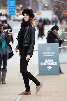34 stylish fall and winter outfits to try, including this city-ready, all-black look All Black Outfit, Black Outfits, Sport Outfits, Stylish Winter Outfits, Oxford Shoes Outfit, All Black Looks, Vogue, Hipster Fashion, Feminine Style