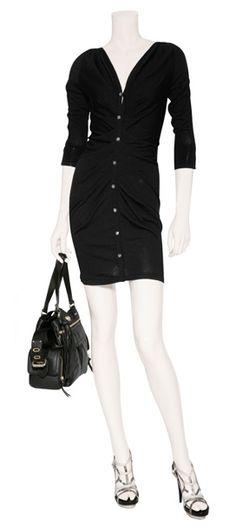 Outfit #27 Vestido tipo camisa drapeado en color negro con mangas ¾ y botones de cristal Azzaro, bolso de piel tipo carryall en color negro de Diane Von Furstenberg, sandalias de piel de serpiente de agua en color blanco/negro de Burak Uyan