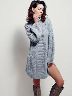 Стильное платье спицами схема. Женское платье спицами трапецеевидной формы с длинными рукавами. Каталожная модель платья выполнена узором из жгутов