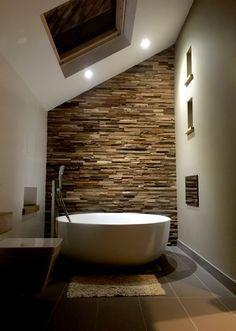 Conserver le charme du bois tout en y adaptant une dimension plus moderne afin de profiter d'un moment cocooning dans votre salle de bain / Panneau mural Wheels / Wonderwall Studios