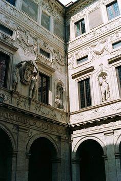 Palazzo Spada - Costruito nel 1540 per il cardinale Girolamo Capodiferro (1501–1559). L'architetto fu Bartolomeo Baronino da Casale Monferrato, mentre una squadra di lavoro coordinata da Giulio Mazzoni creò i sontuosi stucchi sia dell'interno che degli esterni. Il palazzo fu comprato nel 1632 dal cardinale Bernardino Spada, il quale incaricò Francesco Borromini di modificarlo secondo i nuovi gusti barocchi.