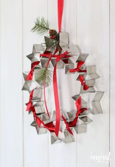 Diy Cookie Cutter Wreath How To Make A Red And & ausstechform kranz wie man einen roten und Diy Cookie Cutter Wreath How To Make A Red And & Christmas Ornament Wreath, Christmas Door Wreaths, Christmas Crafts, Christmas Decorations, Holiday Decor, Kitchen Decorations, Fall Crafts, Christmas Kitchen, Green Christmas