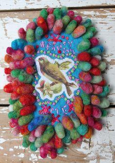 Romantische kleurige broche vilten nopjes geborduurd door LaRosaRosa