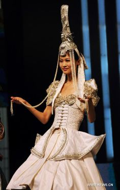 A model presents traditional costume of Mongolian ethnic group during a show of costume of Chinese ethnic minorities in Hohhot City, north China's Inner Mongolia Autonomous Region, Aug. 31, 2011. (Xinhua/Asigang)