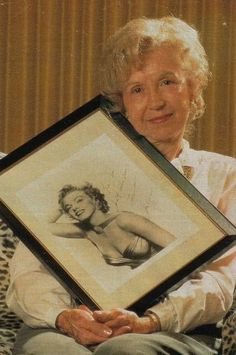 Marilyn's half sister Berniece Miracle with a signed photo from Marilyn (they had the same Mother) Marilyn Monroe, Norma Jeane, Old Hollywood, Movie Stars, Famous People, Pin Up, Sisters, Childhood, Dance
