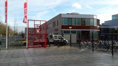 Grote multi- portkooi in Arnhem. Een geluidsarme voetbal basketbalcombinatie. Het speciale aan deze voetbalkooi is dat deze voorzien is van schuine hoeken, met daarin tegenover elkaar 2 afsluitbare toegangspoorten, zodat naar keuze de schoolpleinkant afgesloten is. Afmetingen 15 x 25 meter.