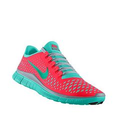 Zaptillas de tenis es azul y rosado. Aquellas zapatillas de tenis son barato.