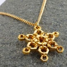 12 Cool And Cheerful Christmas Jewelry Tutorials Hex Nut Jewelry, Wire Jewelry, Jewelry Crafts, Beaded Jewelry, Diy Jewellery, Silver Jewelry, Christmas Competitions, Hardware Jewelry, Jewelry Accessories
