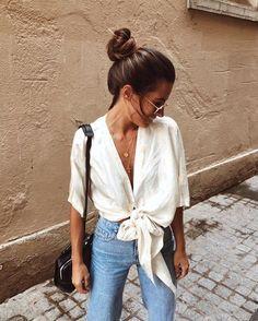 Casual knotted shirt with high waisted denim jeans. Casual knotted shirt with high waisted denim jeans. Trendy Summer Outfits, Summer Fashion Outfits, Spring Summer Fashion, Spring Outfits, Casual Outfits, Cute Outfits, Spring Ootd, Summer Fashions, Couture Week