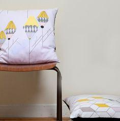 Wir freuen uns euch unser neuestes Design perfekt zum Fruehling vorstellen zu koennen.    Das 'Rise Up' Kissen mit naivem Design gehoert zur Kollektio