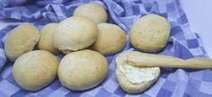 Opskrift på lækre SFO boller. Navnet kommer fra vores lokale sfo, som bager dem i forbindelse med forskellige arrangementer. Det er skønne bløde grovboller, der holder sig friske i lang tid. Der bliver ca. 18 lækre boller ud af denne portion.