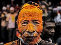 Jetzt wirds bunt: In Nepal feiern die Einwohner das traditionelle Bisket Jatra Festival für Frieden und Harmonie.