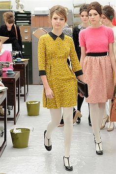 Otoño retro y precioso. by Orla Kiely 2013 Mod Fashion, 1960s Fashion, Fashion Models, Vintage Fashion, Fashion Outfits, Fashion Trends, Style Année 60, Mode Style, Retro Mode