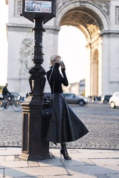 Trendy Leather Skirt Fall Outfits for Seasonal Stylistas Parisian Chic Leather Maxi Look Fashion, Paris Fashion, Winter Fashion, Fashion Black, French Fashion, Woman Fashion, Luxury Fashion, Mode Outfits, Fall Outfits