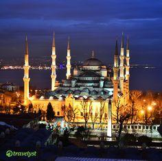 Die Perle am Bosporus. Anders kann man Istanbul wohl kaum beschreiben. Kulinarische und kulturelle Höhepunkte sind in Zahlen nur schwer festzuhalten. Es gibt einfach zuviel zu entdecken. Welche Sehenswürdigkeiten du auf keinen Fall verpassen solltest (wie die blaue Moschee im Bild) und wo es die schönsten Cafés in Taksim gibt, verraten wir dir gern auf travelyst.de!