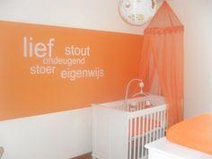 Oranje babykamer