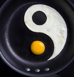 Egg yin yang food art The Creative Art of Food Yin Yang, Feng Shui, Amazing Food Art, Awesome Food, Creative Food Art, Creative Ideas, Huevos Fritos, Cuisine Diverse, Food Humor