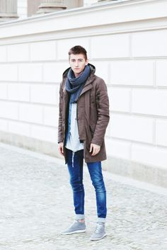 .The grey in the scarf helps make the blue denim of the jeans stand out. Great outfit