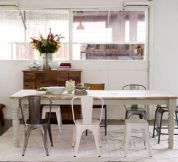 Kom­bi­nie­ren Sie In­dus­tri­el­les mit Land­haus­ele­men­ten. Boudoir, Sweet Home, Dining Chairs, Dining Table, Interior Architecture, Interior Design, Beautiful Kitchens, Country Style, Modern