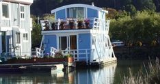 Located in the Yellow Ferry Harbor, the houseboat is about 12 minutes from the Golden Gate Bridge and San Francisco.