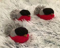 Obiecte decorative din fire de lana colorata - un tutorial pas cu pas Christmas Bird, Christmas Crafts, Christmas Decorations, Christmas Ornaments, Pom Pom Crafts, Yarn Crafts, Decor Crafts, Crafts To Sell, Diy And Crafts