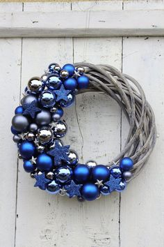 🦌 Christmas wreath inspiration with silver balls and blue ⛄ Christmas decorations and interior decoration inspiration . Noel Christmas, Homemade Christmas, Rustic Christmas, Christmas Projects, Simple Christmas, Christmas Ornaments, Christmas Mantles, Christmas Villages, Victorian Christmas
