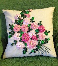 Cuscino con rose e gerbere ricamate con nastro di organza e seta... Fatto da me