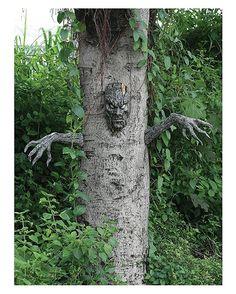 Spukender Halloween Baumgeist zum dekorieren im Halloween Garten