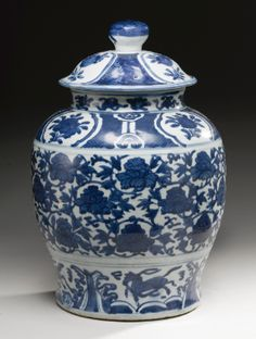 A BLUE AND WHITE BALUSTERJAR AND COVER MING DYNASTY, WANLI PERIOD - Sotheby's