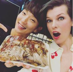 Hollywood star Milla Jovovish is in South Korea. Korean actor Lee Joon Gi presented the Hollywood actress with a souvenir gift at a dinner table. The two will be starring in the upcoming Resident Evil movie franchise. Lee Joon Gi 2017, Lee Jong Ki, Kdrama, Vogue Korea, Milla Jovovich, Korean Star, Kpop, Black Belt, Korean Actors