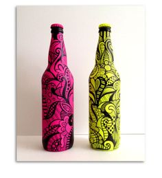 beer bottles spray painted and drawn on with Sharpie. Beer Bottle Crafts, Wine Bottle Art, Beer Bottles, Bottle Drawing, Bottle Painting, Painting On Wine Bottles, Painted Glass Bottles, Pottery Painting Designs, Mandala