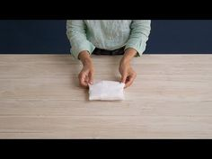 Cómo doblar camisetas finas con el método Marie Kondo - YouTube Bamboo Cutting Board, Declutter, Home, Fold Bed Sheets, Bathroom Towels, Clothing Organization, Laundry Closet, T Shirt Folding, Professional Organizers