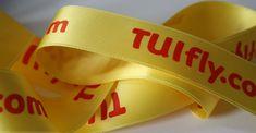 Das Satinband mit Logo bietet eine breite Farbpalette von über 300 Bandfarben wie hier das sommerliche gelb. Logos, Hats, Fashion, Paint Palettes, Yellow, Gifts, Moda, Hat, Fashion Styles