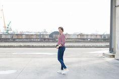 Outfit: Stipes Sweater & White Sneakers | Mood For Style - Fashion, Food, Beauty & Lifestyleblog | Outfitpost mit einem sportlichen Streifenpullover von Tommy Hilfiger, einer Skinny Jeans von Zara, einer Tasche von Tory Burch, einer Sonnenbrille von Dior, einer Uhr von Henry London, weißen Sneaker und Wollmantel von Hugo Boss.