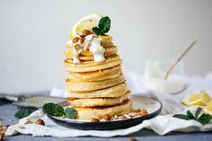 Vegan pancakes with lemon & plant-based yogurt - Zucker&Jagdwurst Vegan Banana Pancakes, Lemon Pancakes, Yogurt Pancakes, Fluffy Pancakes, Breakfast Dessert, Perfect Breakfast, Breakfast Club, Breakfast Ideas, Vegan Breakfast Recipes