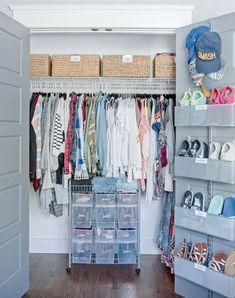 Armarios ordenados Wardrobe Organisation, Small Closet Organization, Household Organization, Book Organization, Organizing, Small Closet Space, Small Closets, Closet Door Storage, Closet Doors