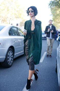 Yasmine Sewell at Paris Fashion Week Mode Outfits, Dress Outfits, Fashion Outfits, Bold Fashion, Paris Fashion, Womens Fashion, Mein Style, Australian Fashion, Street Chic