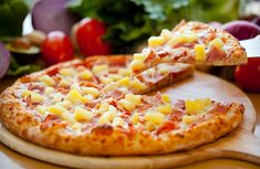 Who says pineapple does not belong on a pizza? I can literally eat this entire pizza by myself. Pizza Hawaii, Hawaiian Pizza, Pizza Restaurant, Pizza Hut, Pizza Food, Ham Pizza, Favourite Pizza, My Favorite Food, Gastronomia