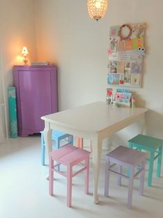 Childrens table with pastel painted chairs. Pastel Room, Pastel House, Pastel Decor, Painted Chairs, Painted Furniture, Cottage Shabby Chic, Girl Room, Kids Bedroom, Dream Bedroom