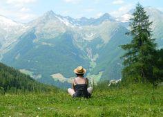Un rifugio sulle Alpi, un resort a impatto zero in mezzo al mare. Voglia di natura e di proteggerla? Ecco qualche idea (e qualche suggerimento facile per amare il pianeta)