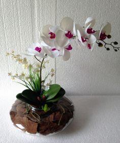 Lindo! Arranjo de orquídea artificial branca, igual a natural em silicone, mantado em vaso de vidro grande com cascas de árvores e vegetação artificial, formando um jardim. Ideal para hall de entrada, centro de mesa e todos os ambientes.