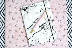 Als je van plannen houdt, dan is het begrip 'bullet journalling' je vast niet ontgaan. Een bullet journal is simpel gezegd: een (creatieve) planner, een notitieboek waar je alles in opschrijft wat je maar kwijt wilt. Beginnen met een bullet journal kan best overwhelming zijn. Er is zoveel over te vinden, maar hoe en waarmee...Lees verder